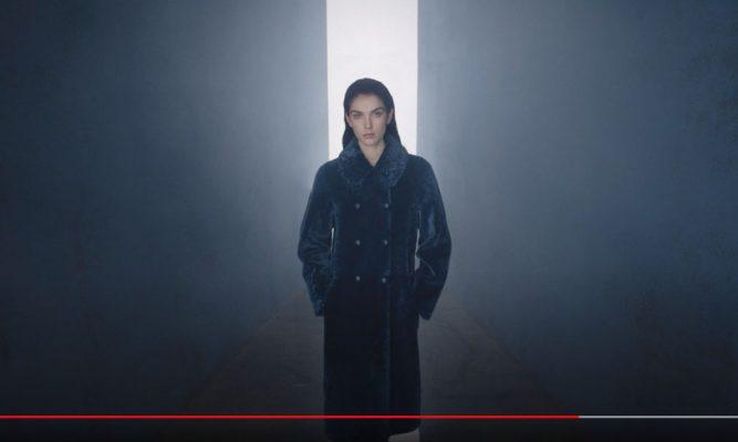 Model in einem Werbespot von Emporio Armani 2020/21