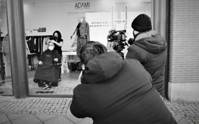 Foto - ADAMI Mode - Haareschneiden im Schaufenster